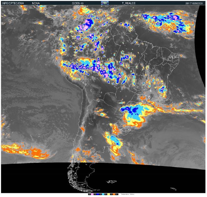 Imagem do canal infravermelho do satélite Goes-13. A imagem mostra o topo das nuvens com temperatura muito baixa e associadas a um complexo convectivo de mesoescala sobre Paraná e Santa Catarina no dia 29/10/2017 as 22h (TMG)