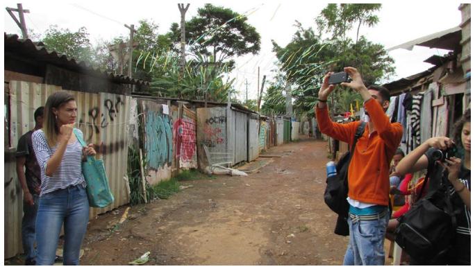 Estudiantes de la asignatura GHA-UnB en campo, en la Villa del Sosiego, Candangolandia, DF