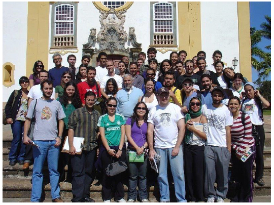 Alumnos de Geografía Regional Sudeste (USP), en trabajo de campo. Tiradentes. Coordinación de los profesores Francisco Capuano Scarlato (centro), Ailton Luchiari (arriba y a laizquierda,   in memorian  ) y Everaldo Batista da Costa (arriba y al centro)