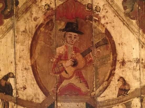 Teto residencial do século XVIII originário de Diamantina (DM), representando os cinco sentidos (o violeiro representa o sentido da audição), exposta no Museu Regional de São João del-Rei (MG). Foto: Paulo Castagna (UNESP)