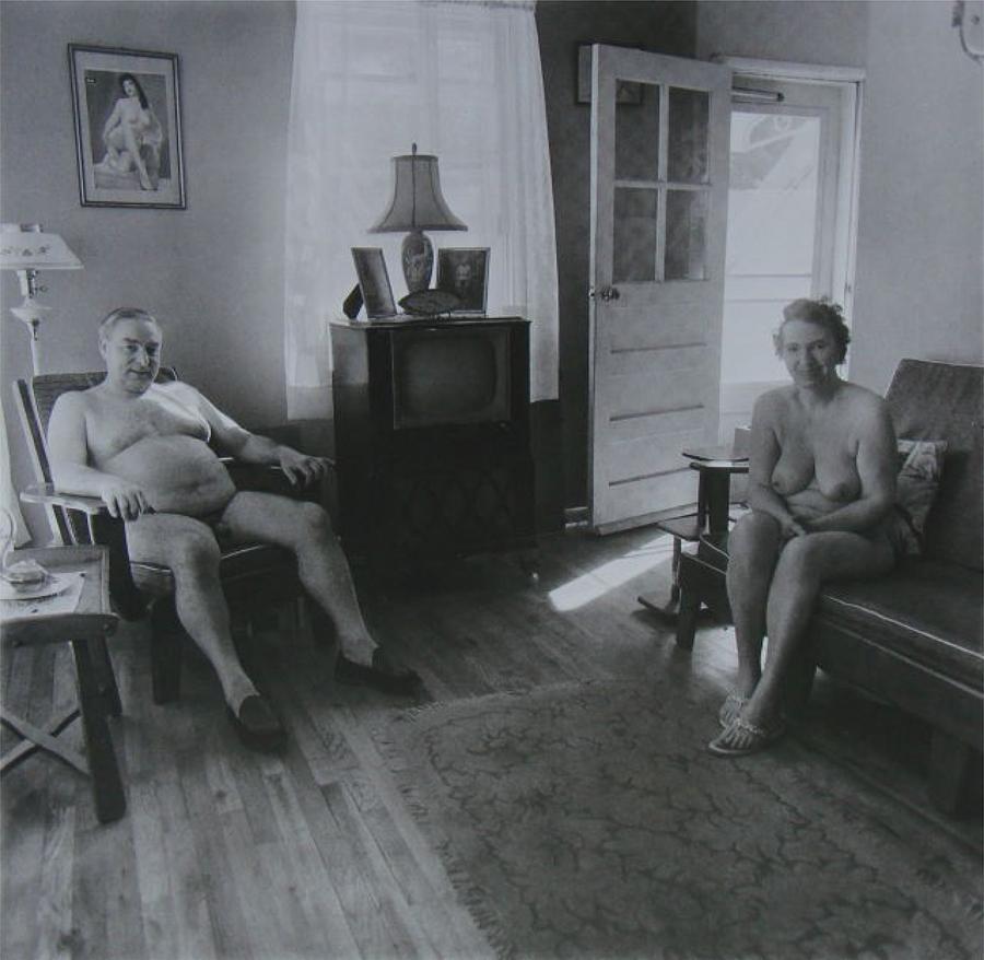 Diane Arbus, Homem aposentado e sua mulher em um campo nudista de manhã, Estados Unidos, 1963.