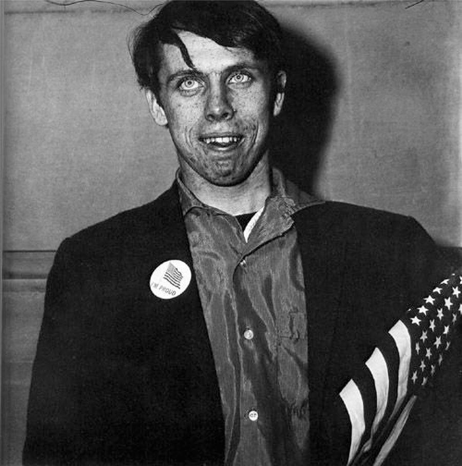 Diane Arbus, Homem jovem patriota com bandeira, Nova York, 1967